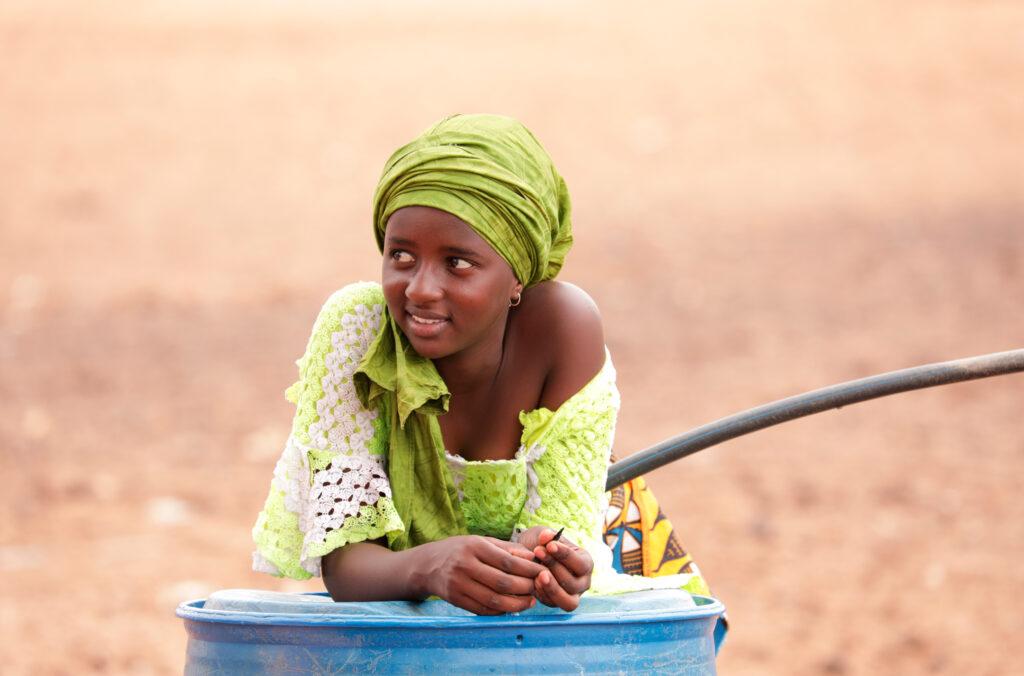 """SÜDWESTRUNDFUNK SCHAU IN MEINE WELT!, """"Fatou kämpft! Gegen Wassermangel """", am Sonntag (27.06.21) um 20:30 Uhr. Die 14-jährige Fatou aus dem Senegal leidet unter der weltweiten Wasserknappheit. Mehr als 2 Milliarden Menschen haben keinen Zugang zu sauberem Wasser. © SWR/Irja von Bernstorff, honorarfrei - Verwendung gemäß der AGB im engen inhaltlichen, redaktionellen Zusammenhang mit genannter SWR-Sendung bei Nennung """"Bild: SWR/Irja von Bernstorff"""" (S2). SWR Presse/Bildkommunikation, Baden-Baden, Tel: 07221/929-22202, foto@swr.de"""