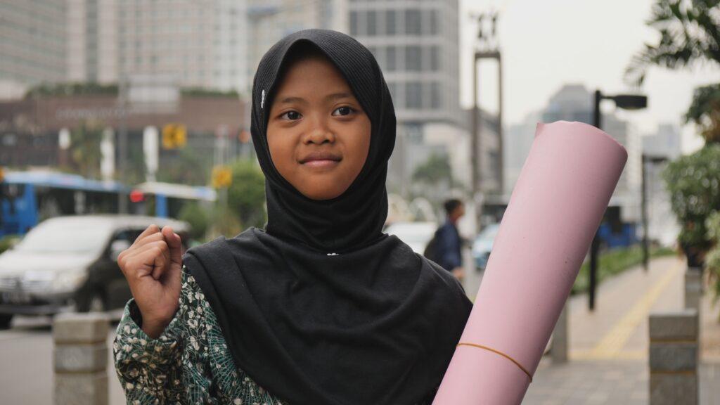 """Die 12-jährige Aeshnina kämpft auf Java, Indonesien, dagegen, dass ihr Land die Müllhalde vieler Industrienationen geworden ist. Nina wird klar, dass sie sich an wichtige Politiker wenden muss und schreibt einen Brief u.a. an die deutsche Bundeskanzlerin. © SWR/Sonam Rinzin, honorarfrei - Verwendung gemäß der AGB im engen inhaltlichen, redaktionellen Zusammenhang mit genannter SWR-Sendung bei Nennung """"Bild: SWR/Sonam Rinzin"""" (S2). SWR Presse/Bildkommunikation, Baden-Baden, Tel: 07221/929-22202, foto@swr.de"""