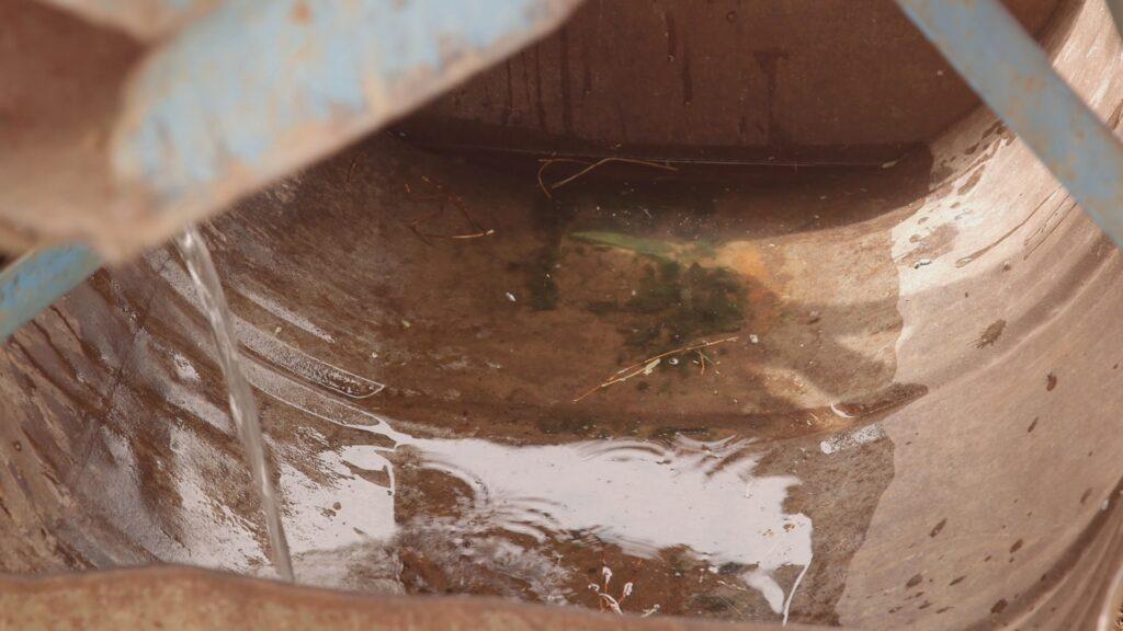 """SÜDWESTRUNDFUNK SCHAU IN MEINE WELT!, """"Fatou kämpft! Gegen Wassermangel """", am Sonntag (27.06.21) um 20:30 Uhr. Die Wassertränke der Ziegen ist leer. © SWR/Irja von Bernstorff, honorarfrei - Verwendung gemäß der AGB im engen inhaltlichen, redaktionellen Zusammenhang mit genannter SWR-Sendung bei Nennung """"Bild: SWR/Irja von Bernstorff"""" (S2). SWR Presse/Bildkommunikation, Baden-Baden, Tel: 07221/929-22202, foto@swr.de"""