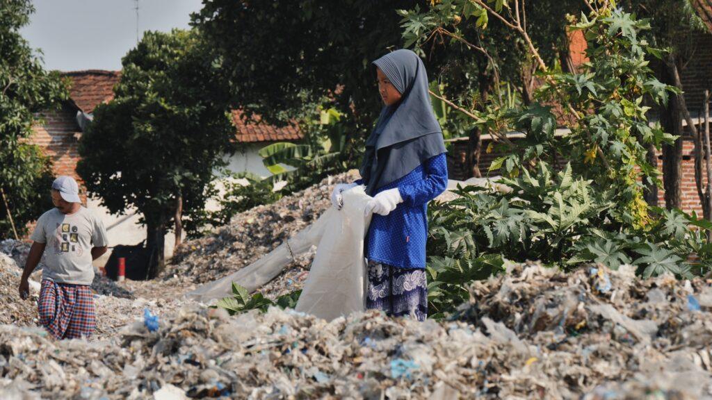 """SÜDWESTRUNDFUNK SCHAU IN MEINE WELT!, """"Nina kämpft! Gegen Plastikmüll"""", am Sonntag (06.06.21) um 20:30 Uhr. Nina sucht nach Verpackungen aus anderen Ländern in den Müllbergen von Bangun in Indonesien für eine Ausstellung über Plastikmüll an ihrer Schule. © SWR/Sonam Rinzin, honorarfrei - Verwendung gemäß der AGB im engen inhaltlichen, redaktionellen Zusammenhang mit genannter SWR-Sendung bei Nennung """"Bild: SWR/Sonam Rinzin"""" (S2). SWR Presse/Bildkommunikation, Baden-Baden, Tel: 07221/929-22202, foto@swr.de"""