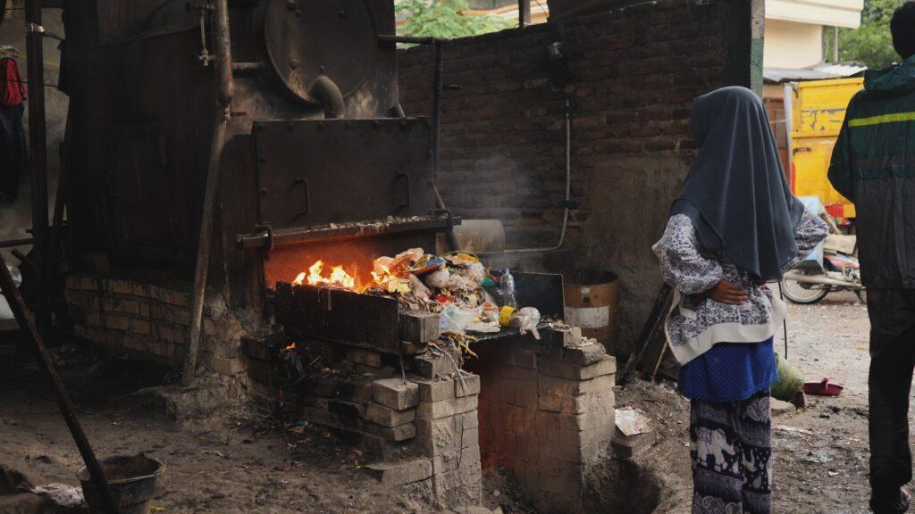 """SÜDWESTRUNDFUNK SCHAU IN MEINE WELT!, """"Nina kämpft! Gegen Plastikmüll"""", am Sonntag (06.06.21) um 20:30 Uhr. Nina steht vor einem Verbrennungsofen in einer Fabrik in Bangun, einem indonesischen Dorf. Plastikmüll wird in Indonesien häufig als billiger Brennstoff verwendet. © SWR/Sonam Rinzin, honorarfrei - Verwendung gemäß der AGB im engen inhaltlichen, redaktionellen Zusammenhang mit genannter SWR-Sendung bei Nennung """"Bild: SWR/Sonam Rinzin"""" (S2). SWR Presse/Bildkommunikation, Baden-Baden, Tel: 07221/929-22202, foto@swr.de"""