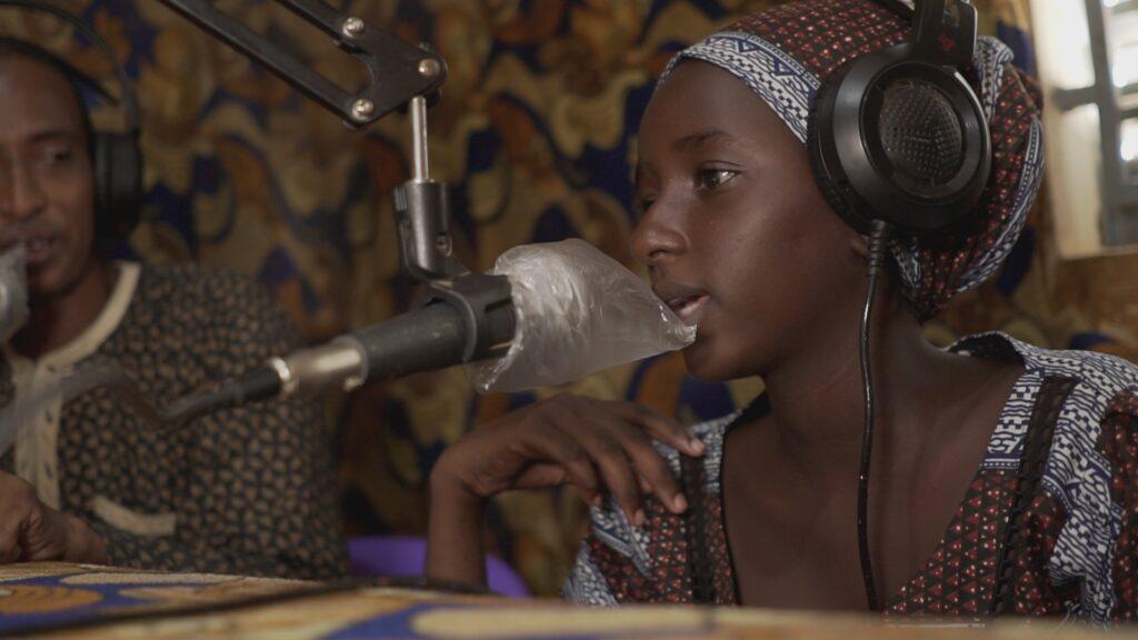 """SÜDWESTRUNDFUNK SCHAU IN MEINE WELT!, """"Fatou kämpft! Gegen Wassermangel """", am Sonntag (27.06.21) um 20:30 Uhr. Fatou macht in einem Interview bei einem Radiosender in der Nachbarstadt Dahra auf ihr Wasserproblem aufmerksam. © SWR/Irja von Bernstorff, honorarfrei - Verwendung gemäß der AGB im engen inhaltlichen, redaktionellen Zusammenhang mit genannter SWR-Sendung bei Nennung """"Bild: SWR/Irja von Bernstorff"""" (S2). SWR Presse/Bildkommunikation, Baden-Baden, Tel: 07221/929-22202, foto@swr.de"""