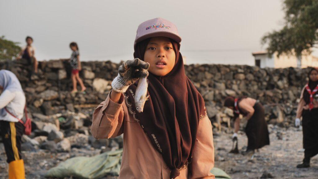 """SÜDWESTRUNDFUNK SCHAU IN MEINE WELT!, """"Nina kämpft! Gegen Plastikmüll"""", am Sonntag (06.06.21) um 20:30 Uhr. Nina hält einen toten Fisch in der Hand, den sie bei einer Müllsammelaktion mit ihrer Pfadfindergruppe gefunden hat. © SWR/Sonam Rinzin, honorarfrei - Verwendung gemäß der AGB im engen inhaltlichen, redaktionellen Zusammenhang mit genannter SWR-Sendung bei Nennung """"Bild: SWR/Sonam Rinzin"""" (S2). SWR Presse/Bildkommunikation, Baden-Baden, Tel: 07221/929-22202, foto@swr.de"""