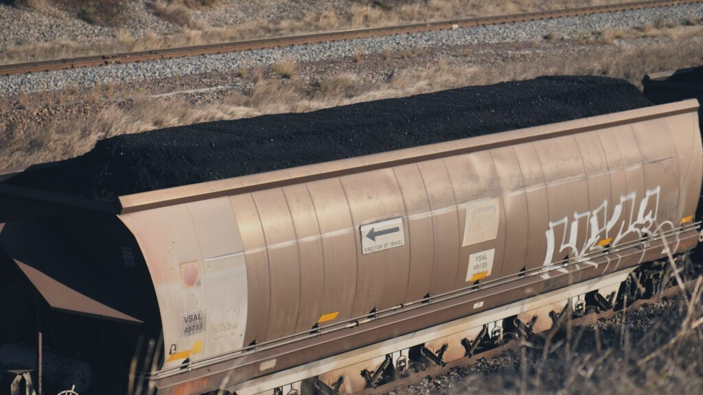 """SÜDWESTRUNDFUNK SCHAU IN MEINE WELT!, """"Sabyah kämpft! Gegen Kohleabbau"""", am Sonntag (20.06.21) um 20:30 Uhr. Kohlezüge transportieren täglich 10.000 Tonnen Kohle von der Kohlemine in Sabyahs Nachbarschaft an den Hafen Abbot Point. Weltweit wird immer noch Energie durch Kohlekraftwerke erzeugt. Kohle ist der klimaschädlichste Brennstoff. © SWR/Irja von Bernstorff, honorarfrei - Verwendung gemäß der AGB im engen inhaltlichen, redaktionellen Zusammenhang mit genannter SWR-Sendung bei Nennung """"Bild: SWR/Irja von Bernstorff"""" (S2). SWR Presse/Bildkommunikation, Baden-Baden, Tel: 07221/929-22202, foto@swr.de"""