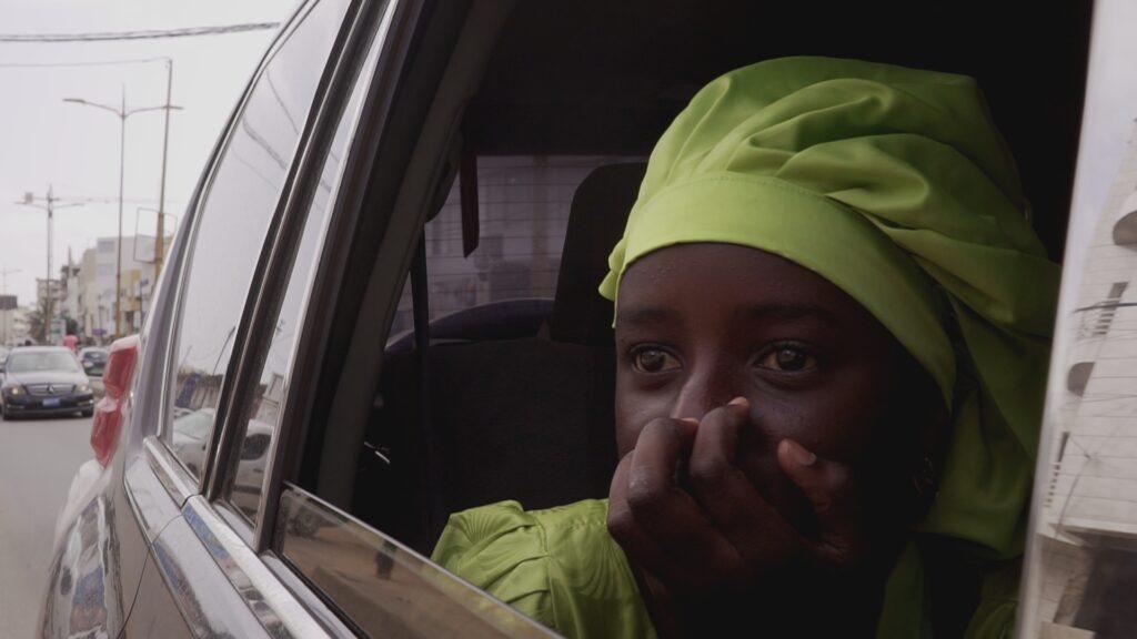 """SÜDWESTRUNDFUNK SCHAU IN MEINE WELT!, """"Fatou kämpft! Gegen Wassermangel """", am Sonntag (27.06.21) um 20:30 Uhr. Fatou freut sich über ihren ersten Besuch in der Hauptstadt Dakar. Sie ist auf dem Weg zu Coumba Sow, der Gründerin des Wasserprogramms der """"FAO,"""" der Ernährungs- und Landwirtschaftsorganisation der Vereinten Nationen. © SWR/Irja von Bernstorff, honorarfrei - Verwendung gemäß der AGB im engen inhaltlichen, redaktionellen Zusammenhang mit genannter SWR-Sendung bei Nennung """"Bild: SWR/Irja von Bernstorff"""" (S2). SWR Presse/Bildkommunikation, Baden-Baden, Tel: 07221/929-22202, foto@swr.de"""