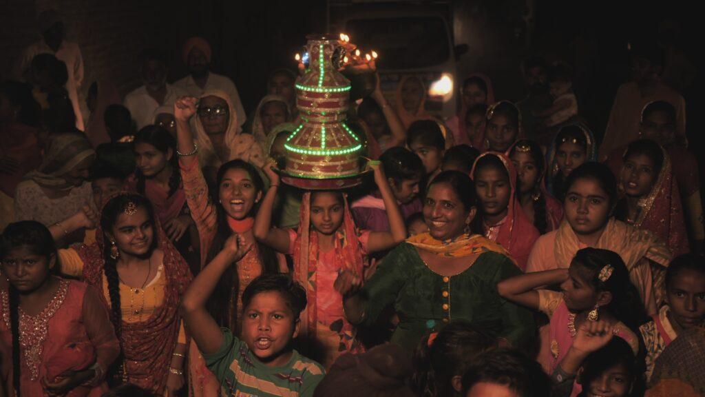 """SÜDWESTRUNDFUNK SCHAU IN MEINE WELT!, """"Gagan kämpft! Gegen Luftverschmutzung"""", am Sonntag (13.06.21) um 20:30 Uhr. Gagan führt den Lichterzug durch ihr Dorf in Punjab, Indien, als Höhepunkt der von ihr organisierten Demonstration gegen die Umweltverschmutzung an. © SWR/Irja von Bernstorff, honorarfrei - Verwendung gemäß der AGB im engen inhaltlichen, redaktionellen Zusammenhang mit genannter SWR-Sendung bei Nennung """"Bild: SWR/Irja von Bernstorff"""" (S2). SWR Presse/Bildkommunikation, Baden-Baden, Tel: 07221/929-22202, foto@swr.de"""