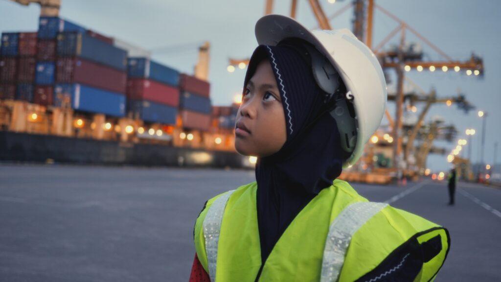 """SÜDWESTRUNDFUNK SCHAU IN MEINE WELT!, """"Nina kämpft! Gegen Plastikmüll"""", am Sonntag (06.06.21) um 20:30 Uhr. Nina am Containerhafen von Surabaya Tanjung Perak, in der Nähe von Bangun, Indonesien. Sie recherchiert hier für eine Schulausstellung über Müll, warum  Plastik und Papiermüll häufig vermischt sind. © SWR/Sonam Rinzin, honorarfrei - Verwendung gemäß der AGB im engen inhaltlichen, redaktionellen Zusammenhang mit genannter SWR-Sendung bei Nennung """"Bild: SWR/Sonam Rinzin"""" (S2). SWR Presse/Bildkommunikation, Baden-Baden, Tel: 07221/929-22202, foto@swr.de"""