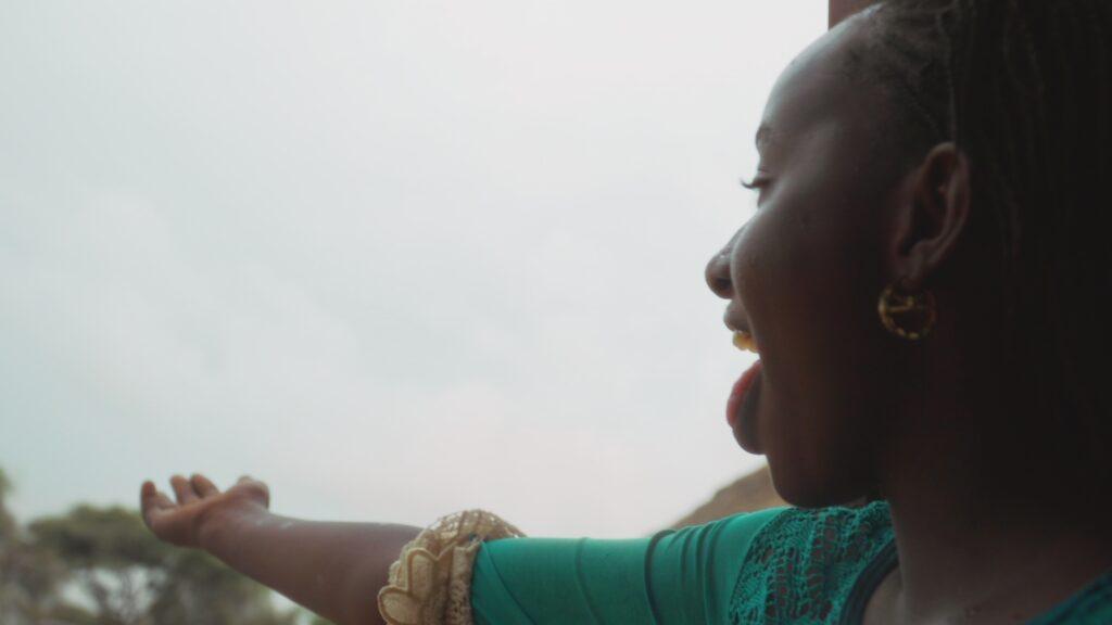 """SÜDWESTRUNDFUNK SCHAU IN MEINE WELT!, """"Fatou kämpft! Gegen Wassermangel """", am Sonntag (27.06.21) um 20:30 Uhr. Fatou freut sich über den Regen. Endlich ist es soweit. © SWR/Irja von Bernstorff, honorarfrei - Verwendung gemäß der AGB im engen inhaltlichen, redaktionellen Zusammenhang mit genannter SWR-Sendung bei Nennung """"Bild: SWR/Irja von Bernstorff"""" (S2). SWR Presse/Bildkommunikation, Baden-Baden, Tel: 07221/929-22202, foto@swr.de"""