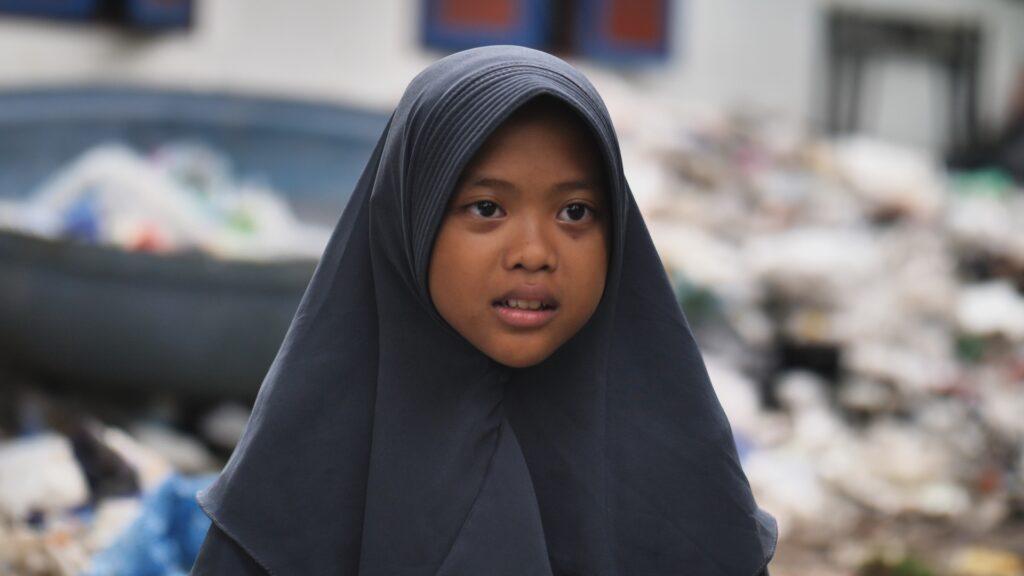 """SÜDWESTRUNDFUNK SCHAU IN MEINE WELT!, """"Nina kämpft! Gegen Plastikmüll"""", am Sonntag (06.06.21) um 20:30 Uhr. Die 12-jährige Aeshnina kämpft auf Java, Indonesien, dagegen, dass ihr Land die Müllhalde vieler Industrienationen geworden ist. © SWR/Sonam Rinzin, honorarfrei - Verwendung gemäß der AGB im engen inhaltlichen, redaktionellen Zusammenhang mit genannter SWR-Sendung bei Nennung """"Bild: SWR/Sonam Rinzin"""" (S2). SWR Presse/Bildkommunikation, Baden-Baden, Tel: 07221/929-22202, foto@swr.de"""